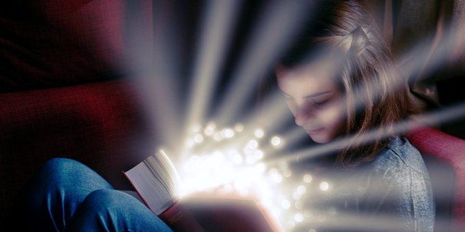 Kislány magyart tanul, olvas